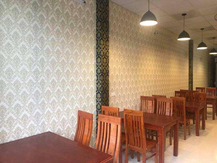 Muốn tiếp kiệm chi phí các bạn cũng có thể sử dụng phương án dán decal dán tường chống ẩm